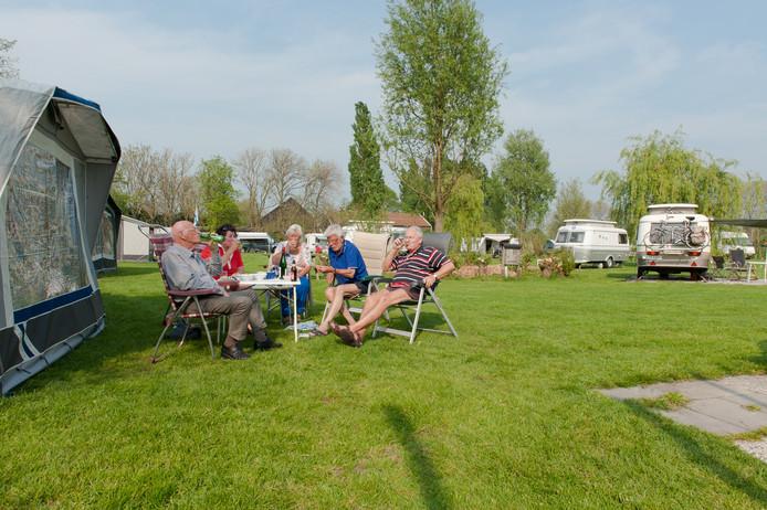 Prachtig weer en alle plaatsen bezet op camping De Drie Morgen aan de Voorweg in Zoetermeer.