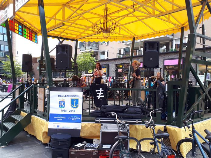 Het optreden van de Nijverdalse punkband Pisces zorgde zaterdagmiddag voor gemengde reacties op het Henri Dunantplein.
