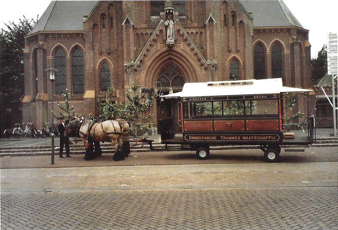 In de jaren negentig werd de Ginnekensche paardentram ingezet bij bijzondere gebeurtenissen, zoals hier voor een trouwdienst in de Laurentiuskerk in Ulvenhout.