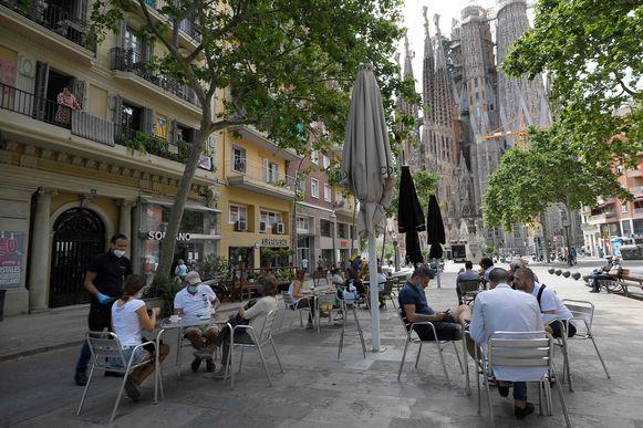 Volle terrasjes bij de Sagrada Familia in Barcelona.