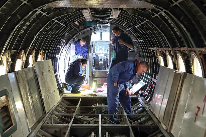 Leerlingen aan het werk in de Fokker Foto Chris van Klinken \ Pix4Profs