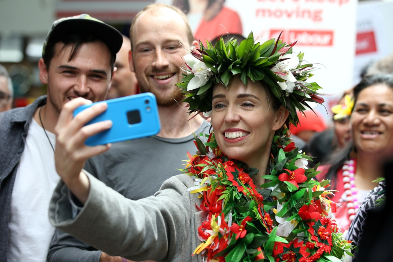 De Nieuw-Zeelandse premier Jacinda Ardern deze week op verkiezingscampagne.  Beeld Getty