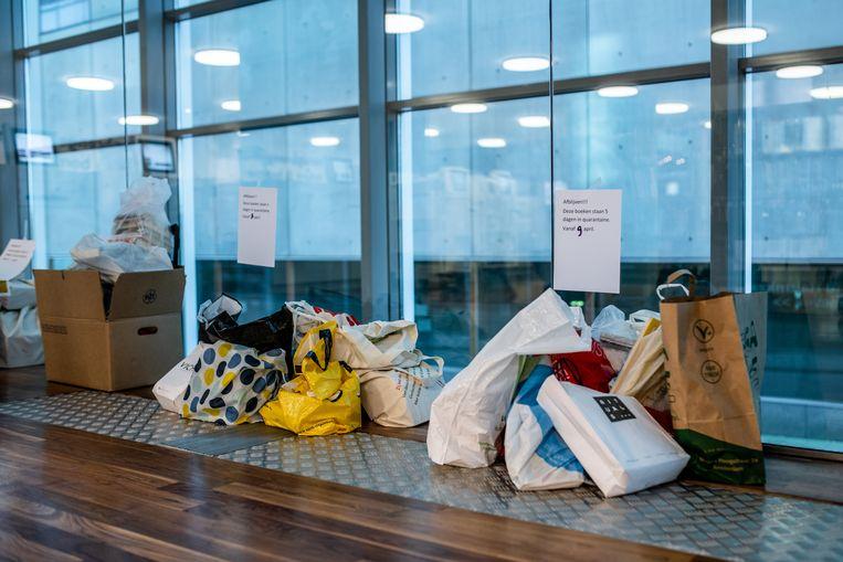 De tassen vol boeken die worden opgehaald worden netjes gesorteerd op dag en blijven een paar dagen in quarantaine. Beeld Nosh Neneh