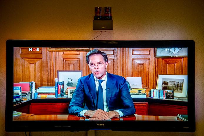 Premier Rutte spreekt het volk toe.