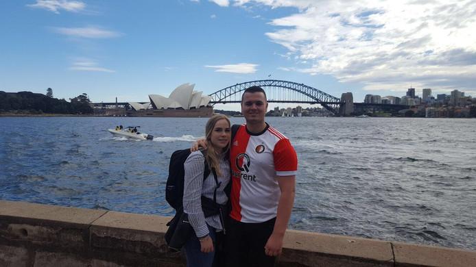 Wat doe je als je op vakantie bent in Sydney? Dan maak je natuurlijk een iconisch plaatje met op de achtergrond het Sydney Opera House. En dan mag het Feyenoordshirt niet ontbreken, dacht seizoenkaarthouder Joerie van Grinsven, hier op de foto met zijn vriendin Carolien.