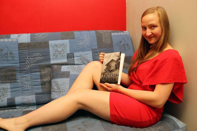 Nathalie Van Dender met haar eerste boek 'Erfenistwister'.