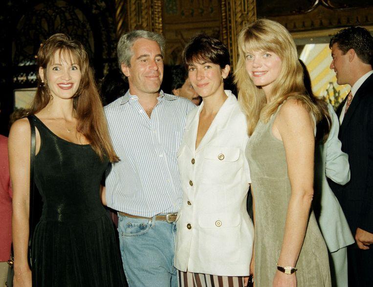 Deborah Blohm, Jeffrey Epstein, Ghislaine Maxwell en Gwendolyn Beck op een feest in 1995. Beeld Getty Images