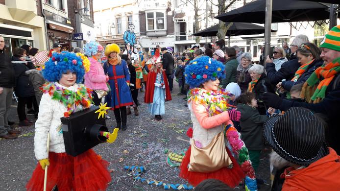 De Kènderstoet trok via de Oude Markt richting Heuvel.