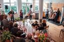 Optreden in huis bij eerdere editie van 'Gluren bij de Buren'.