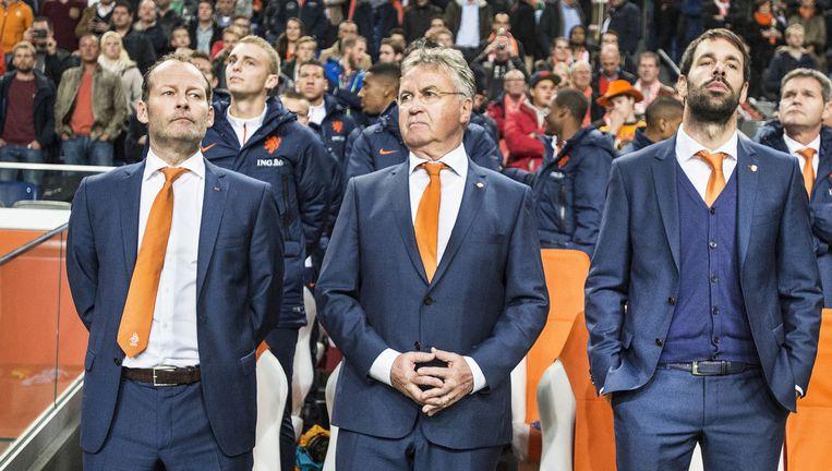 November 2014, Guus Hiddink in de Arena tussen zijn assistenten Danny Blind en Ruud van Nistelrooy voorafgaand aan een oefenduel met Mexico. Beeld Guus Dubbelman