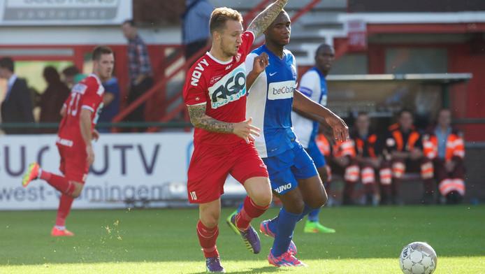 Robert Klaasen duelleert namens Kortrijk met Petit-Pele Ilombe Mboyo van Genk.