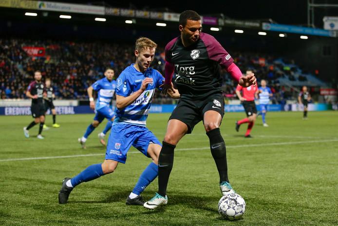 Dean Huiberts (links) maakte maandag zijn rentree bij Jong PEC Zwolle.
