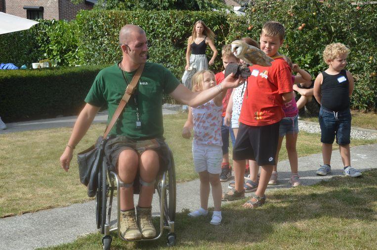 Dit meisje houdt een uil vast met hulp van Niels.