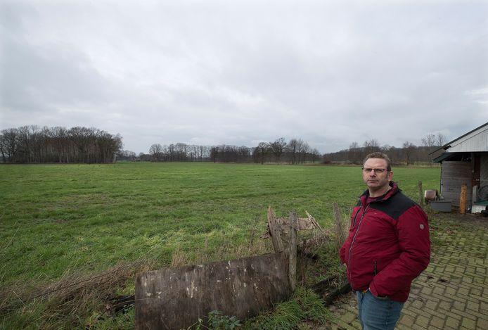 Buurtbewoner Hendry Fokkert is niet blij dat er achter zijn woning aan de Misterweg een bedrijventerrein verrijst.