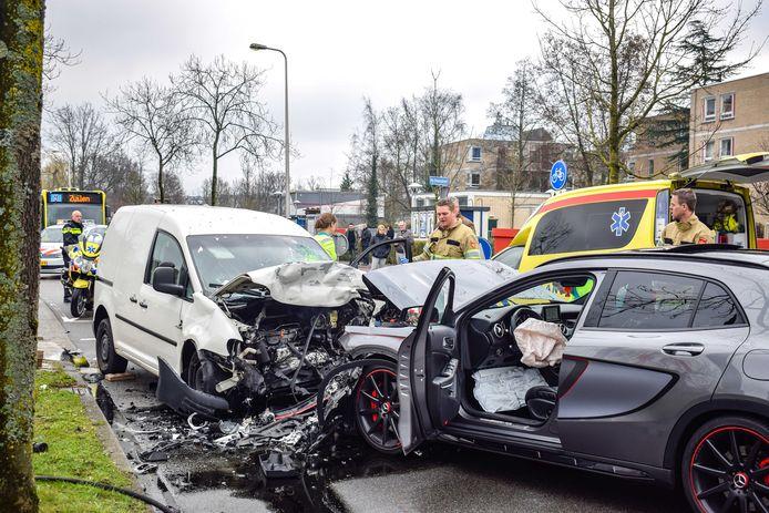 Hulpdiensten zijn ter plekke na een ongeval dat mogelijk het gevolg was van een straatrace.