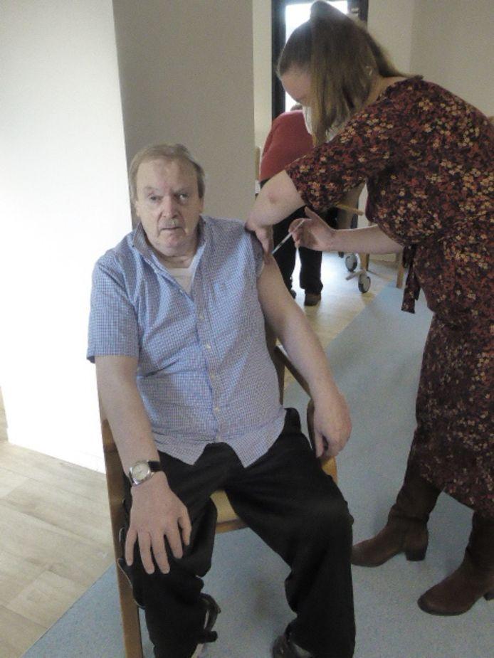Etienne Heyvaert (67) kreeg als eerste bewoner van woonzorgcentrum het vaccin.