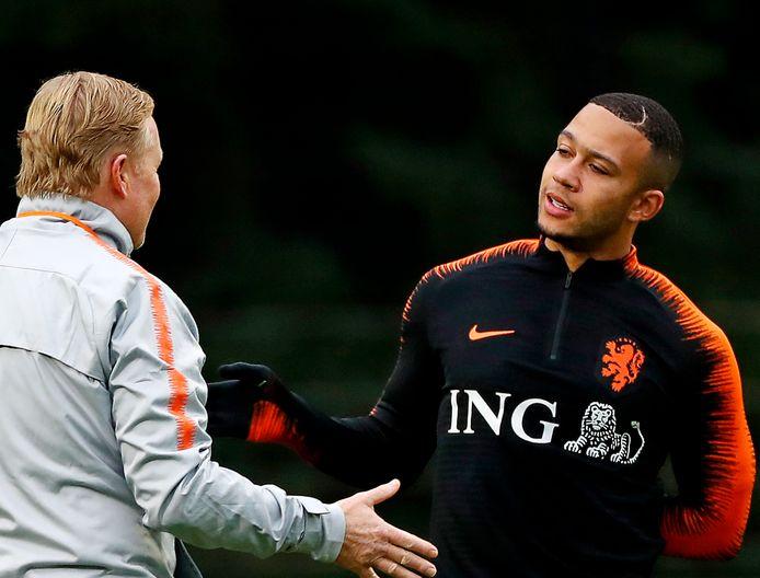 Ronald Koeman bij Oranje in gesprek met Memphis Depay.