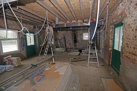 Binnenin zijn aannemers begonnen met de afwerking van het gebouw.