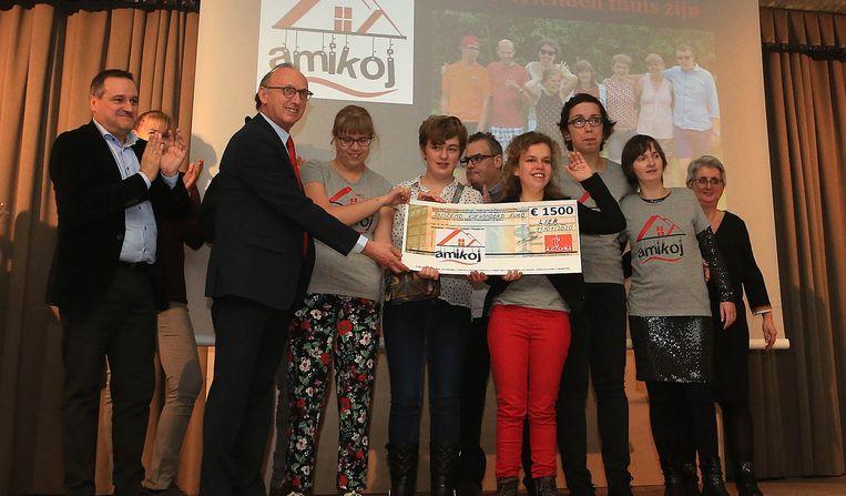 AC Lyra overhandigde een cheque ter waarde van 1 500 euro aan de vzw Amikoj.