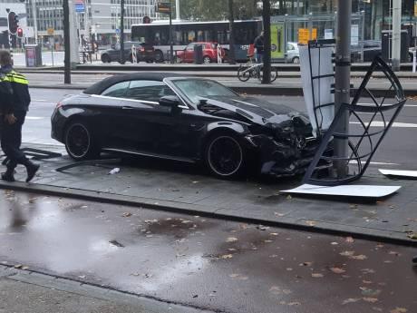 Deelnemer trouwstoet ramt met (gehuurde) Mercedes reclamebord voor concert René Froger