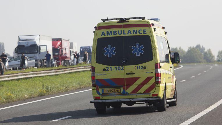 Een ambulance is onderweg op de A58. Beeld anp