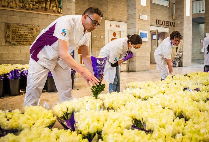 Medewerkers van het Albert Schweitzer ziekenhuis mochten woensdag na hun dienst een bosje bloemen mee naar huis nemen.