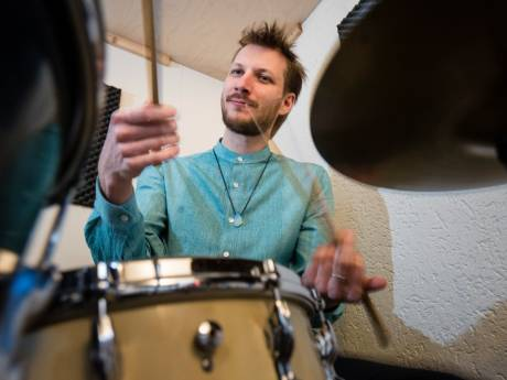 Internationale drummer geeft drumles in Neede: 'Platteland is heerlijk'