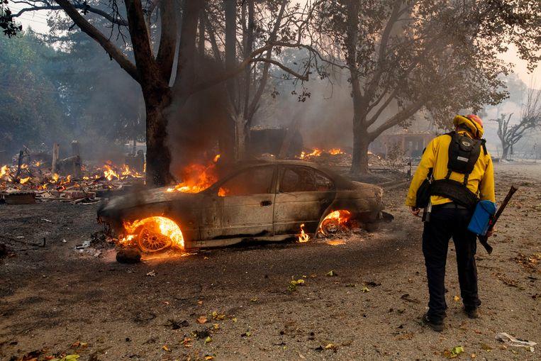 Ook auto's in het gebied rond Geyserville gingen in vlammen op.