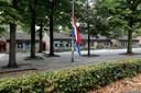 De vlag halfstok bij basisschool De Korenaer