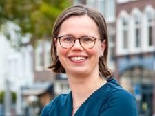 Positivo Mirjam Bikker uit Gouda dartelt met stroopwafels de Kamer in