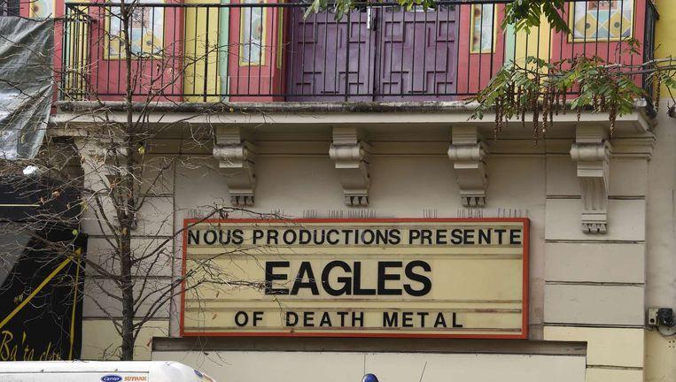De aankondiging van Eagles of Death Metal hangt woensdag nog steeds aan de gevel van Le Bataclan. Beeld afp
