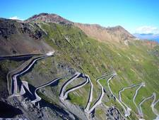 Deelnemers Stelvio Challenge fietsen 100.000 euro bij elkaar