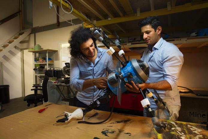 De broers Hassani ontwierpen een drone waarmee landmijnen worden geruimd.