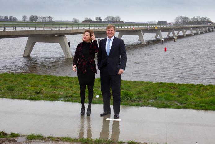 Koning Willem-Alexander en minister Cora van Nieuwenhuizen bij bypass Het Reevediep en de Nieuwendijkerbrug.