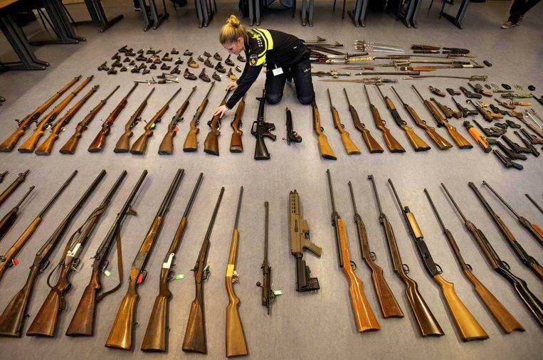 Een overzicht van de wapens die werden ingeleverd bij de politie. Beeld EPA