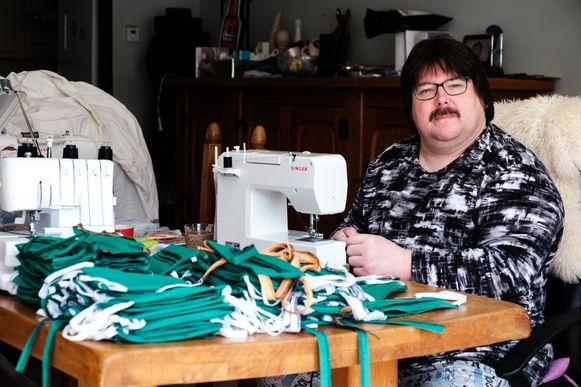 Marc Boeckx heeft een honderdtal mondmaskers gemaakt voor AZ Monica.