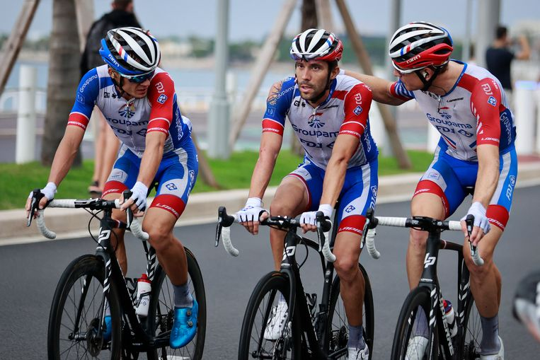 De Franse Tourfavoriet Thibaut Pinot (midden) viel hard in de eerste etappe, waarmee zijn klassementskansen meteen verkeken waren.  Beeld BELGA