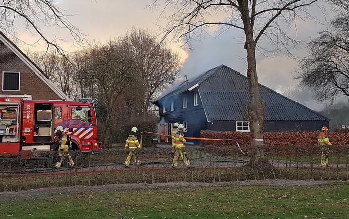 Door snel ingrijpen van de brandweer was het vuur in de kapschuur in Rheeze snel bedwongen.
