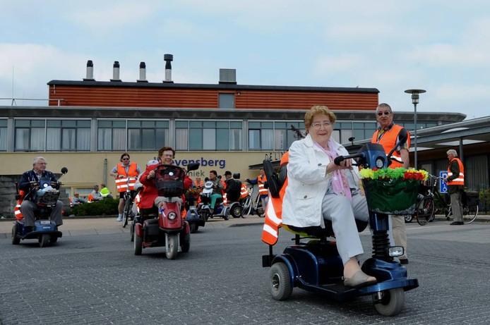 Aan de derde Steenbergse scootmobieltocht deden zaterdag 37 deelnemers mee. Onderweg waren er twee stops ingelast, wat de tocht tot een leuk afwisselend uitje maakte. foto Edmund Messerschmidt/het fotoburo