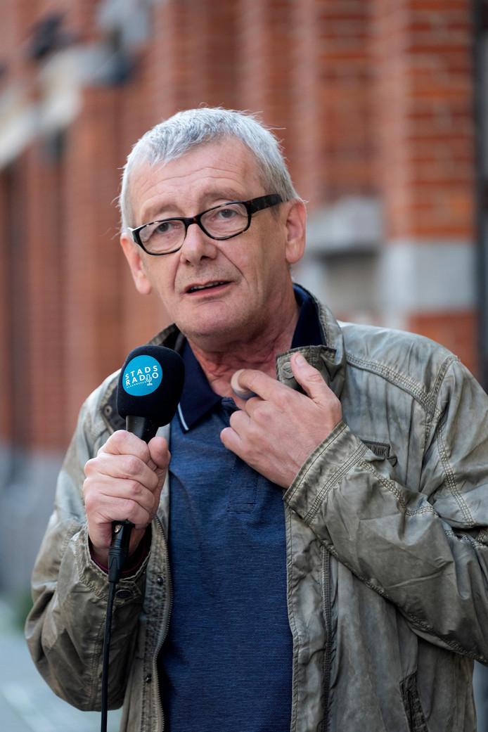 Radiopresentator Frank De Laet na zijn operatie in mei 2018. Aan de hand van een buisje kon hij opnieuw praten.