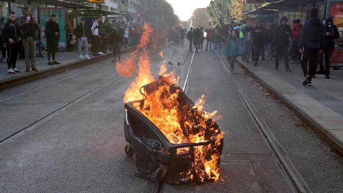 Une poubelle en feu lors de la manifestation des étudiants français le 5 décembre dernier.