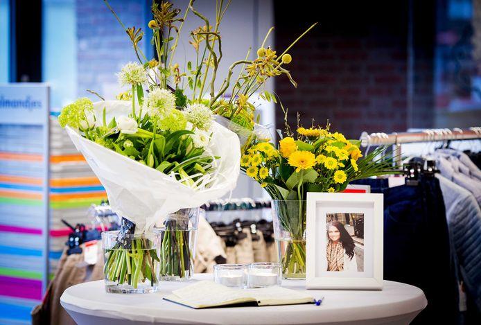 Bij het Hema-filiaal in Deurne lag een condoleanceregister voor Iris Claassen die omkwam bij de vliegramp van Germanwings in Frankrijk. De inwoonster van Deurne werkte bij het warenhuis.