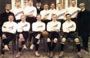 Het eerste officiële Nederlands elftal dat op 30 april 1905 België versloeg (uitslag 1-4). Staand v.l.n.r., C.van Hasselt(secretaris), Bok de Korver, Guus Lutjens, NVB-bestuurder P. Havenith, Ben Stom, Dolk Kessler, Peet Stol, Eddy de Neve, grensrechter Willing, zittend, keeper Reinier Beeuwkes, Karel Gleenewinkel-Kamperdijk, Rein Boomsma, Dirk Lotsy en Willy de Vos. Antwerpen, 30 april 1905. .