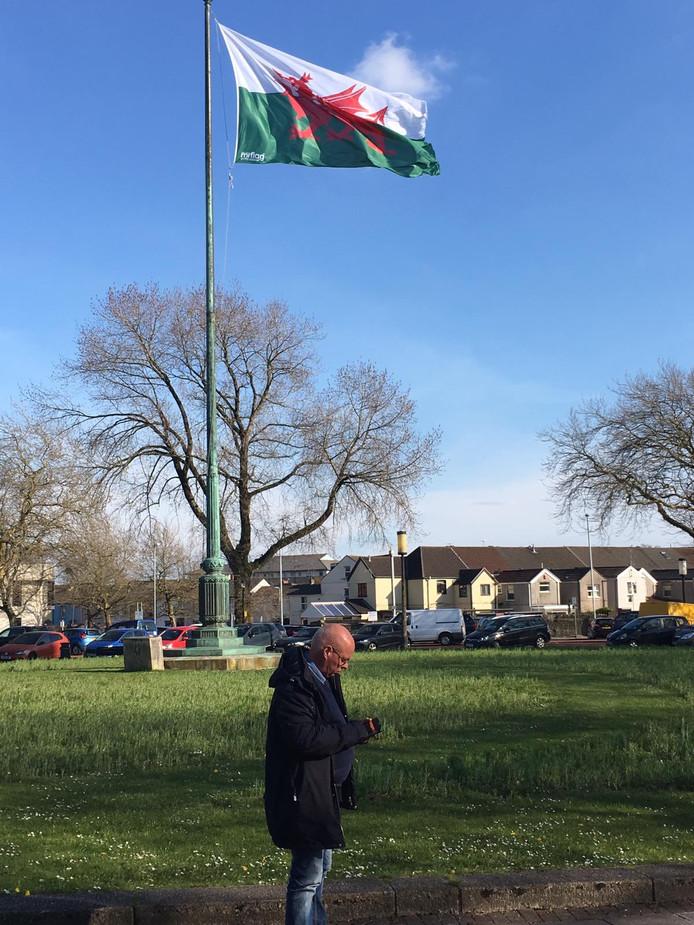 Bertjan Kers in Swansea, met op de achtergrond de vlag van Wales.