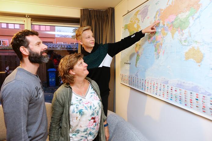 Marinka en Paul de Jong vangen volgend voorjaar een kind op uit Tsjernobyl. Zoon Remco kan de regio moeiteloos aanwijzen op de enorme landkaart in de huiskamer.