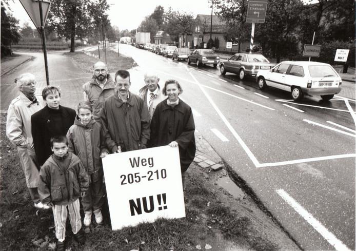 Actievoerders pleitten in september 1993 voor een nieuwe weg die het doorgaande verkeer moest weghalen van de Oranjelaan in Beek en Donk. Ze moesten nog tot augustus 2001 geduld hebben tot de Wolfsputterbaan en Broekdaelerbaan tussen Helmond en Boerdonk in gebruik genomen werd.