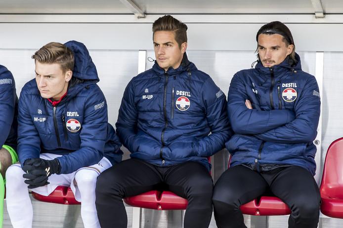 Jordens Peters  (midden) zat afgelopen zondag voor het eerst sinds bijna een jaar weer bij de wedstrijdselectie, maar kwam nog niet in actie tegen FC Utrecht.