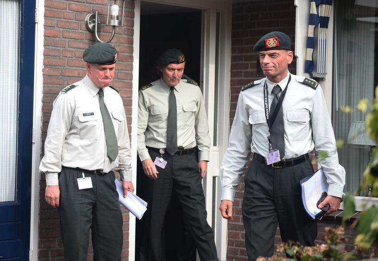 Bezoek van commandant Middendorp (midden) aan de nabestaanden van Hoving en Roggeveld.  Beeld ANP