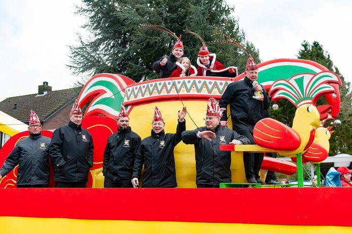 Omdat de optocht zondag in Budel-Dorplein was afgelast trok de prinsenwagen van KS De Heiknuuters maandag mee in de stoet in Budel-Schoot.