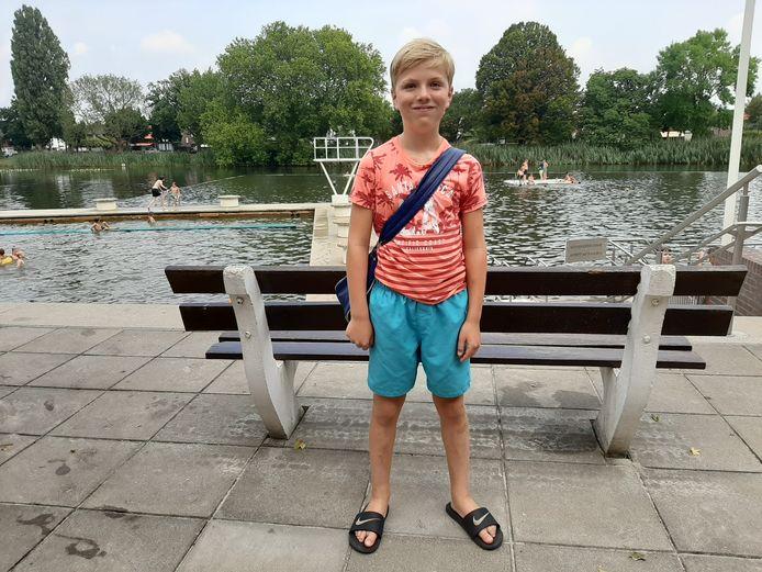 Noud Aaftink (11) is dit jaar de 10.000ste bezoeker van het Tuindorpbad in Hengelo.